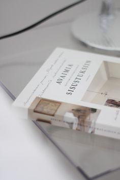 Homevialaura | timeless bedroom | Artemide Tolomeo | Avaimia ajattomiin suomalaisiin sisustuksiin | Kartell Jolly night stand
