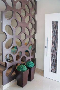 Dica: Hall de entrada de madeira com detalhes, e também é usado como se fosse uma parede dividindo os ambientes - Decoração