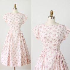 Full Skirt 1940s Dress Pink Floral Print par salvagelife sur Etsy, $98,00