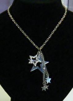 collana con catena in metallo colore argento, e pendenti stelline con strass