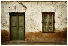 Pared clásica con puerta y ventana de madera #rural #rustic #tradition #oldfashioned Buildings, Architecture, Google, Cold, Wood Windows, Facades, Door Knockers, Store, Arquitetura