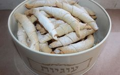 עוגיות טעימות ומיוחדות בהשראה של סבתא רחל שלי, כשהיינו קטנים סבתא הייתה פותחת את הבצק דק דק דק, מכינה מילוי מבוטנים גרוסים כי אגוזים לא היה בנמצא! מגלגלת את הבצק ואופה על הפתילייה האפורה שהייתה לנו בבית. אצלנו בשפה הפרסית זה נקרא קראפיצ'. המתכון הפעם בגירסה פרווה ולמי שרוצה ניתן להחליף לחלבי. מי שיש לו את המתכון שלי למגולגלות עם ממרח תמרים, שימו לב שהמתכון לבצק ממש דומה אבל חלבי. חברים יקרים שלי♥♥♥ אני אוהבת אתכם ומאחלת לכם שפע של מתיקות אושר בריאות ונחת   החומרים להכנת הבצק  לנפות א...