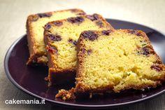 """La superclassica """"quattro quarti"""", la torta dalla ricetta più semplice e diffusa del mondo (un quarto di farina, un quarto di burro, un quarto di zucchero, quattro uova), si insaporisce e si arricchisce qui con i cranberry – i mirtilli rossi del New England – e uno sciroppo di arancia che ne imbeve il cuore. …"""