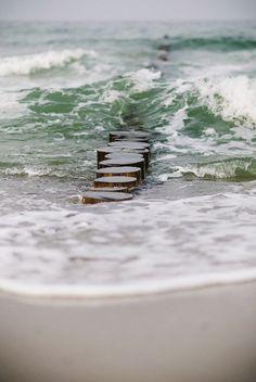 this reminds me of being in the netherlands that feeling of freedom at the seaside das erinnert mich daran, dass ich in den niederlanden das gefühl der freiheit am meer habe Sea And Ocean, Ocean Beach, Ocean Waves, Water Waves, All Nature, Salt And Water, Ocean Life, Sea Shells, Seaside