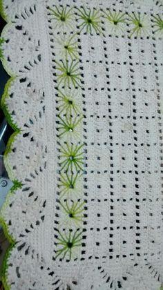 Tapete cozinha Crochet Crafts, Crochet Doilies, Crochet Projects, Filet Crochet, Crochet Stitches, Knit Crochet, Tapetes Diy, Crochet Table Runner, Crochet Blocks