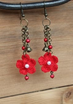 Boucles d'oreilles au crochet - fleurs rouges - perles/breloques/chaines maillons -métal bronze - par Pépée-fantaisies : Boucles d'oreille par pepee-fantaisies