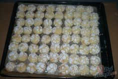 Pomerančovo-kokosové crinkles. Cukr utvoří popraskaný vzhled. Budou ještě trochu měkké, když je vyndám a po vychladnutí je naskládám do uzavíratelné dózy, aby se na vzduchu nevysušili. Autor: Lenulka Crinkles, Orange, Cookie Recipes, Zucchini, Cereal, Cookies, Vegetables, Lava, Breakfast