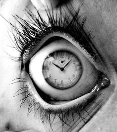 """#despertar A verdadeira razão porque a vida humana pode ser tão desesperante e frustrante não é porque há factos chamados morte, dor, medo, ou fome. A loucura é que quando tais factos estão presentes, circulamos, rodopiamos.. tentando tirar o """"eu"""" da experiência. ~ Alan Watts http://www.brainpickings.org/2014/01/06/alan-watts-wisdom-of-insecurity-1/"""