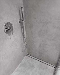 Renovering af badeværelse og bruschenische med #microtopping #rawsurface #olgulve #shower #bathroom #renovation #microcement #aboveallmicrotopping