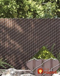 Chain Link fence with privacy slats. Cheaper alternative than wood fence. Chain Link fence with priv Chain Link Fence Privacy, Lattice Fence, Privacy Fences, Chain Fence, Backyard Privacy, Backyard Fences, Backyard Projects, Garden Fences, Front Yard Fence