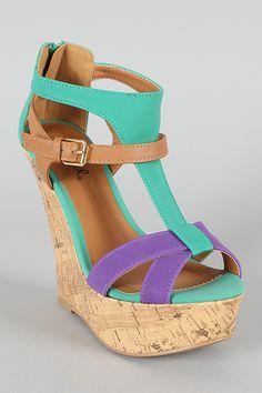 Los zapatos de tacón corrido también nos hace ver más altas, más estilizadas y por tanto, lucir más delgadas. No precisamos más razones para hacernos amigas de los zapatos de tacón corrido. ¡Este modelo es un ejemplo!