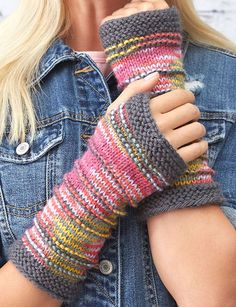 Free Knitting Pattern for Ridge Mitts - These fingerless mitts are designed to s. Free Knitting Pattern for Ridge Mitts - These fingerless mitts feature multicolored yarn with subtle texture and contrasting cuffs. Designed by Erin K. Loom Knitting, Knitting Stitches, Knitting Patterns Free, Free Knitting, Knitting Ideas, Knitting Machine, Knitting Tutorials, Vintage Knitting, Fingerless Gloves Knitted