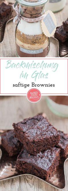 """Diese Brownie-Backmischung im Glas hat in meiner Sammlung anGeschenken aus der Küchedefinitiv noch gefehlt! Nicht nur, dass die selbstgemachte Backmischung extrem einfach und schnell zusammenzustellenist – dieBrownies daraus werden auch extrem schokoladig, saftig und """"chewy"""""""