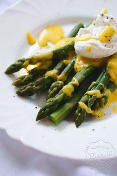 Szparagi z jajkiem w koszulce i sosem holenderskim to szybkie, jednak wymagające danie. Zapraszam po przepis, który może być popisowym w Waszym menu!