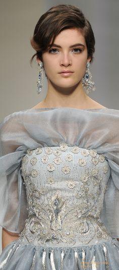 Show - Paris, Palais des Beaux Arts — Guo Pei Couture Details, Fashion Details, Love Fashion, High Fashion, Fashion Show, Fashion Design, Haute Couture Dresses, Couture Fashion, Guo Pei