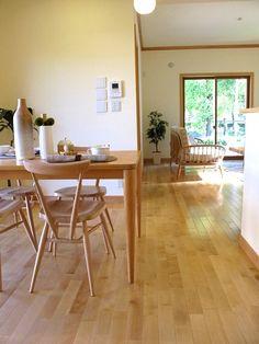 メープルの床材にハードメープル・ビーチ材の家具でコーディネートした実例です!アーコール社「スタッキングチェア」も素敵です。