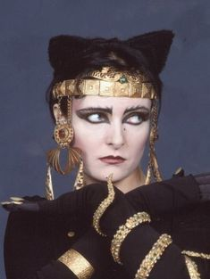 Siouxsie Sioux as Bastet, the Egyptian Cat Goddess, 📸 Derek Ridgers. Siouxsie Sioux, Siouxsie And The Banshees, Egyptian Cat Goddess, Egyptian Cats, Vintage Goth, 80s Goth, Punk Goth, Radiohead, Glam Rock