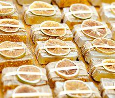 Ah.. o aroma cítrico de laranja com o poder de hidratação da manteiga de karité, que delícia!