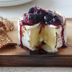 Smoky brie with blueberry sauce Blueberries turn deliciously smoky when grilled alongside cedar-planked cheese. Serve this appetizer at your next BBQ with a mix of crackers, flatbread or slices of baguette Best Blueberry Recipe, Blueberry Sauce, Blueberry Compote, Brie Au Four, Fromage Cheese, Wild Blueberries, Food And Drink, Appetizers, Yummy Food