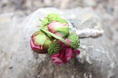 Boutonniere in Grün und Pink