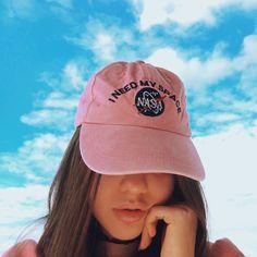 Tumblr girl com boné rosa da Nasa. Como tirar fotos tumblr sozinha? Pinterest: @giovana