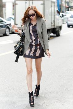 "good look, love her walk♥  Sorry ""the wanted"" but she walks better than ""rihana"" :)"