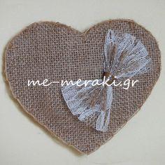 Μπομπονιέρα γάμου χειροποίητη, καρδιά λινάτσα στο χρώμα της άμμου, με διακοσμητικό φιόγκο απο δαντέλα ιβουάρ. Με Μεράκι Mπομπονιέρες http://me-meraki.gr/