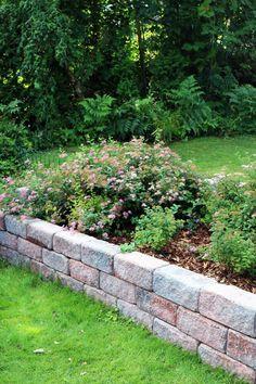 Sileää pintaa vai lohkottua? Korkea muuri vai matala kukka-allas? Lakan muurikivillä luot puutarhaasi toiveidesi mukaisen ja persoonallisen ilmeen.   #lakka #muurikivi #maisemointi #pihakivet #teeseitse Sidewalk, Garden, Garten, Side Walkway, Lawn And Garden, Walkway, Gardens, Gardening, Outdoor