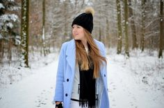 VOILÀ LA RÉALITÉ - vintage life en vogue - fashion blog - winter look - winterwonderland - snow - blue coat - overknee boots - stuart weitzman - black and whtie - pastels