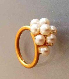 Ring. Mat Forgyldt med hvide perler
