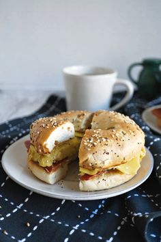 This Vegan Breakfast Bagel Sandwich is so simple and delicious to make! Use your favorite store-bought substitutes to make the ultimate portable breakfast. Best Vegan Breakfast, Gourmet Breakfast, Vegan Breakfast Recipes, Vegan Recipes Easy, Dairy Free Recipes, Bagel Breakfast Sandwich, Breakfast Bagel, Birthday Breakfast, Sausage Breakfast