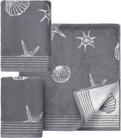 Klassisches Design und maritime Farben zeichnen das Handtuch Set »Seashell« der Marke Dyckhoff aus. Muscheln, Schnecken und Seesterne zieren das Handtuch Set auf beiden Seiten. Durch die tolle 2-Seiten-Optik erscheinen die Motive einmal auf einer dunkleren und einmal auf einer helleren Hintergrundfarbe. Besonders hautfreundlich und wunderbar pflegeleicht präsentiert sich das feine Walkfrottee M...