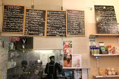 Formosa - Für einen Zwischendurch-Imbiss oder ein schnelles Abendessen ist man beim Formosa in der Barnabitengasse an der richtigen Adresse. Irgendwo zwischen Snackbar und Supermarkt angesiedelt, versprüht das winzige Lokal hinter dem Haus des Meeres einen kuriosen Charme. Beim Betreten ertönt ein Glöckchen und man wird sogleich von der überaus freundlichen Bedienung begrüßt, als wäre man alte …