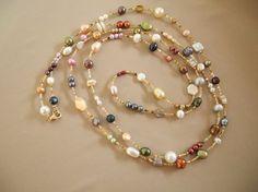 Una 67 pollici collana di perle in una varietà di colori, forme e dimensioni. Può essere indossata in diversi modi da lungo e raddoppiato a un necklace collana di quattro. La chiusura è un moschettone riempito di 14k oro.