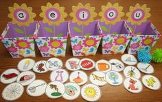 Classroom Freebies Too: Springtime Vowel Sorting Activity Más Kindergarten Literacy, Early Literacy, Literacy Centers, Preschool, Montessori Elementary, Literacy Stations, Classroom Freebies, Classroom Fun, Classroom Activities
