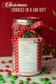 Christmas Cookies in a Jar - Cute and Easy gift idea! #christmascookies #jargifts #neighborgifts