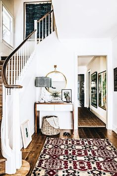 Check out this A grand yet bohemian staircase, love he fresh white paired with natural wood. Can we talk about how much character this rug brings this entryway?! #bohemian #staircase #rug The post A ..