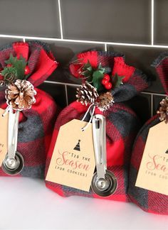 These cookie mix gift sacks make an adorable handmade Christmas gift, and they'r. - These cookie mix gift sacks make an adorable handmade Christmas gift, and they'r. These cookie mix gift sacks make an adorable handmade Christmas gi. Neighbor Christmas Gifts, Easy Diy Christmas Gifts, Neighbor Gifts, Holiday Crafts, Christmas Holidays, Christmas Decorations, Diy Gift Ideas For Christmas, Vegan Christmas, Scottish Christmas Gift Ideas