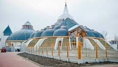 The exotic onion-inspired design of the Hagymatikum Thermal Baths in Makó, Hungary ( An area famous for its excellent onions, seriously. Organic Architecture, Beautiful Architecture, Beautiful Buildings, Art And Architecture, Frank Lloyd Wright, Gaudi, Architecture Organique, Heart Of Europe, Famous Buildings