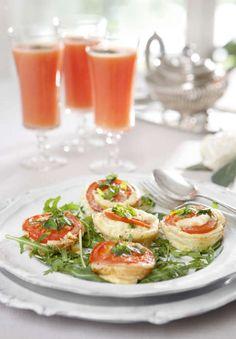 Nyttig omelett med tomat, fetaost och basilika i intressant form!