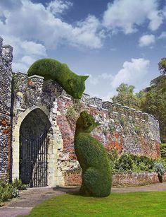 Un artista rinde homenaje a su gato fallecido con un montaje de imágenes realizadas con photoshop en las que se ve a su mascota como un gran arbusto en los jardines de Hall Barn, una histórica casa de campo situada en Beaconsfield (Inglaterra). Montajes de photoshop de Richard Saunders