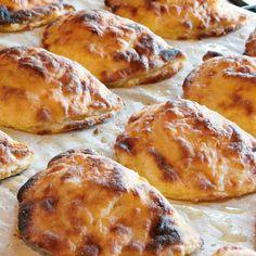 Keitä perunat kuorineen kypsäksi. Varo ylikypsentämistä, jotta kuoriminen ei vaikeudu.Valmista riisitäyte perunoiden kypsyessä. Kiehauta vesi.