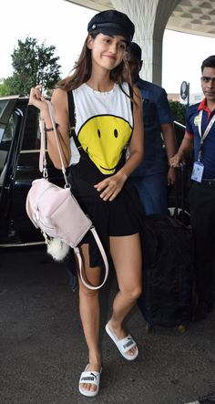 Zareen Khan and Baaghi 2 actress Disha Patani were recently spotted at the Mumbai airport Bollywood Couples, Bollywood Actors, Bollywood Celebrities, Famous Indian Actors, Disha Patni, Cute Casual Outfits, Beautiful Actresses, Ripped Jeans, Aesthetic Clothes