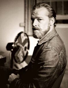 Iain Glen.. that beard is HOT !!!