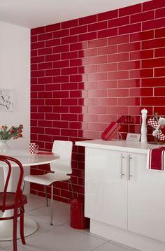 rote wand  in einer modernen küche