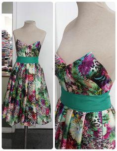 Vestido tomara que caia de cetim de algodão, estampa floral com corte na cintura e saia evasê com pregas. #vestido #dress #floral #evasê