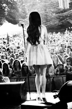 Lana del Rey-gorgeous-American-singer-LDR-fashionable-black and white-stage-performing