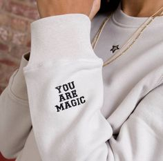 Casual Outfits, Cute Outfits, Fashion Outfits, Fashion Fashion, Printed Shirts, Tee Shirts, Mein Style, Embroidered Sweatshirts, Embroidered Clothes