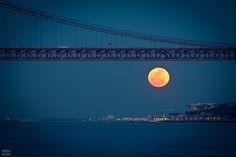 Luna llena bajo el puente 25 de Abril, en Lisboa. Feliciano Silva