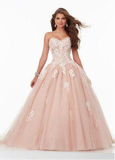 una chica llevaría una vestida como esta que es muy larga y elegante. hay muchos opciones para una chica para encontrar la vestida perfecta